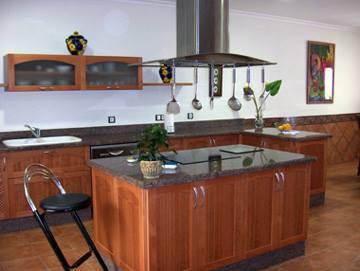 Bancada de cocina en el centro con ecimera de cuarzo