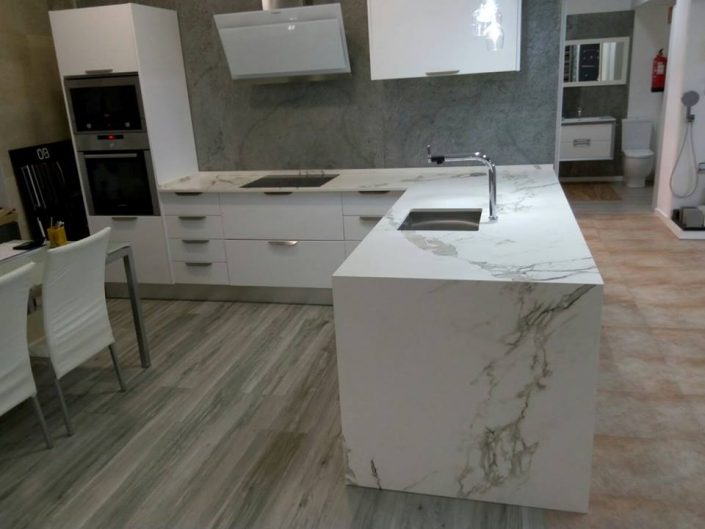 Cocina en marmol blanco